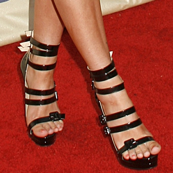 Megan Fox shows off her feet at the 2009 MTV Movie Awards
