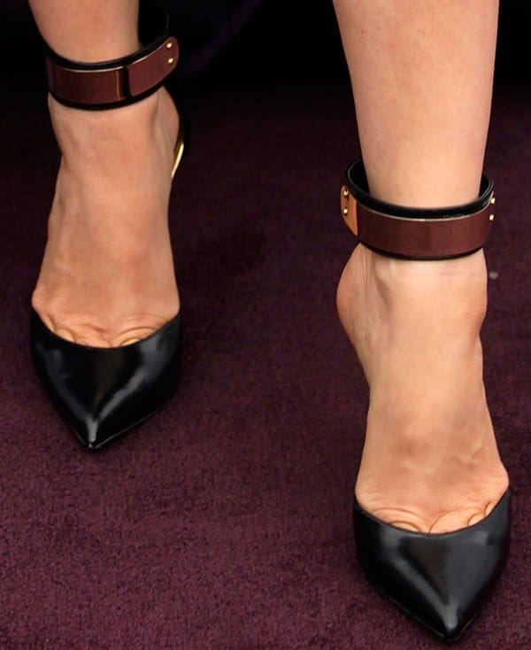 Fergie reveals toe cleavage in sexy black pumps
