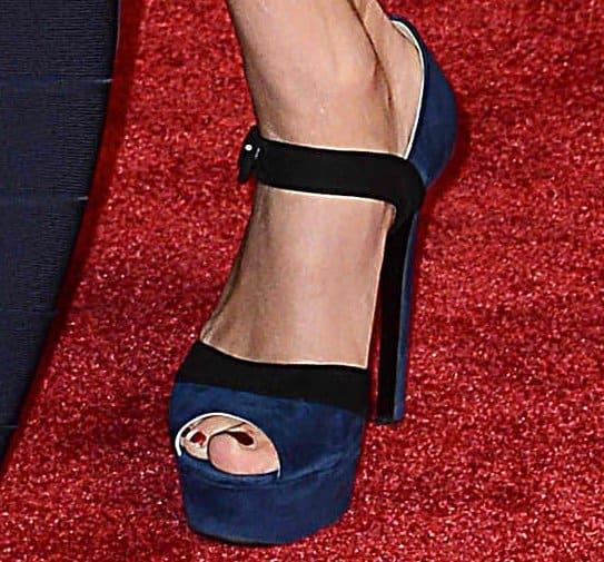 Taylor Swift's feet in navy blue suede platform heels