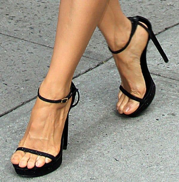Lucy Liu shows off her pretty feet in black stiletto heels