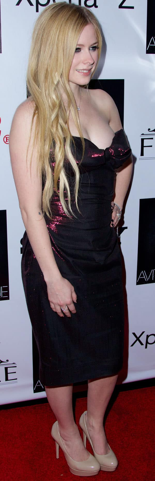 Avril Lavigne generously frosted her arms and hands with graceful yet heavily encrusted jewels