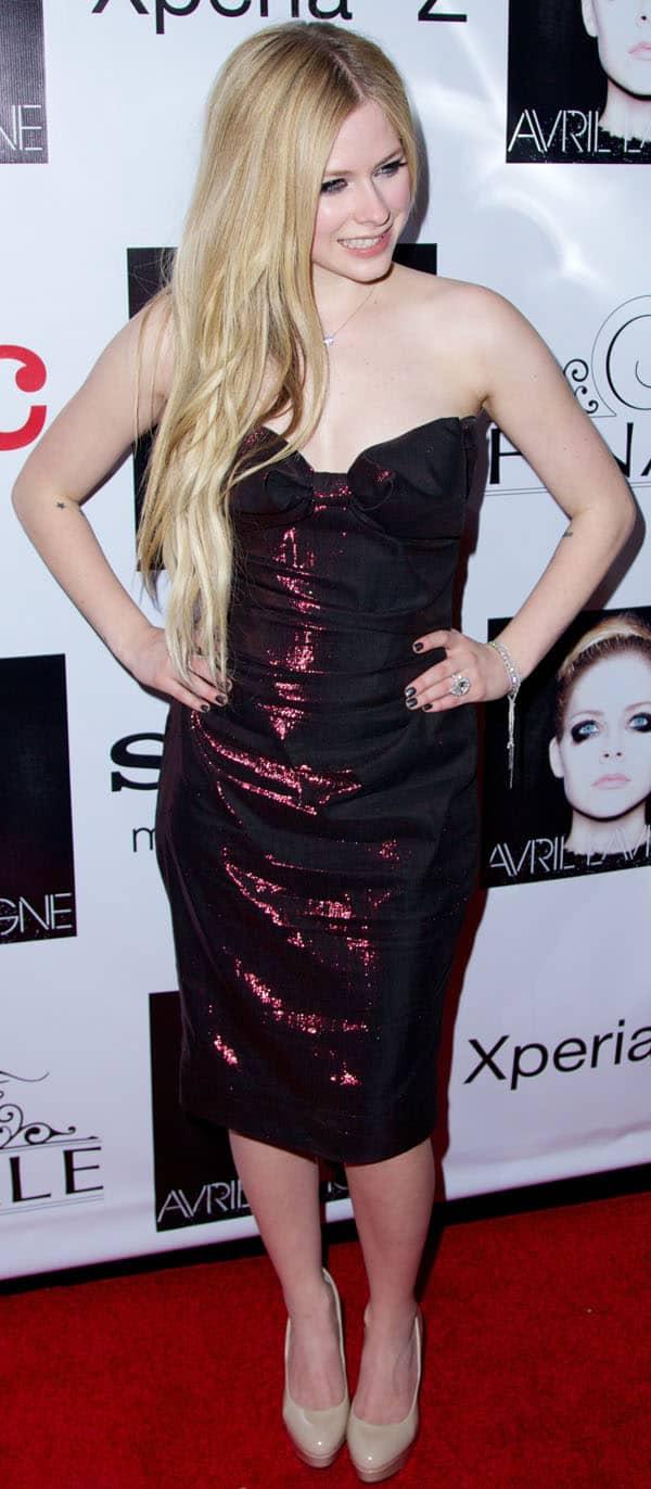 Avril Lavigne kept her waist-long hair in mermaid-like loose waves