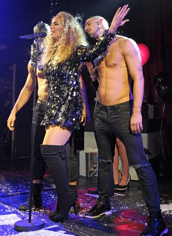 A sexy man sniffs Leona Lewis' big, vampy hair