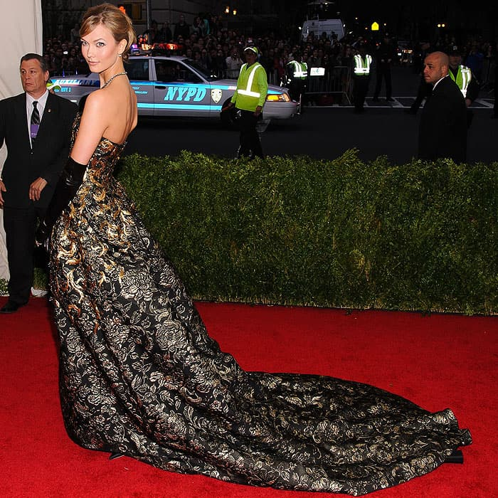 Karlie Kloss took us back to more glamorous times in her Oscar de la Renta fall 2014 strapless gown with gold embroidery