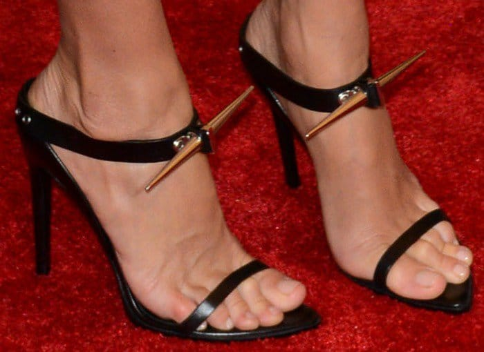 Gisele Bundchen showed off her sexy feet in black sandals