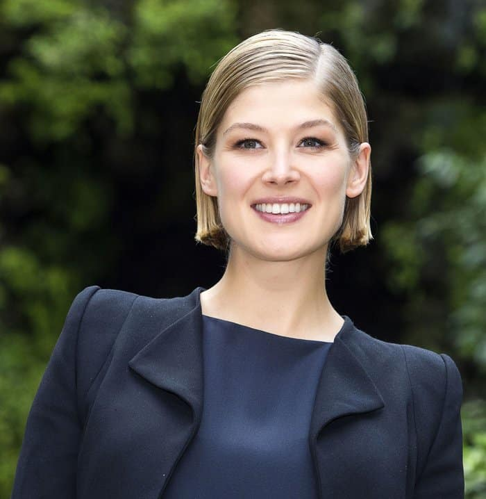 Short-haired Rosamund Pike with fresh-faced makeup