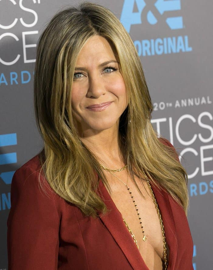 Jennifer Aniston's layers of thin gold necklaces