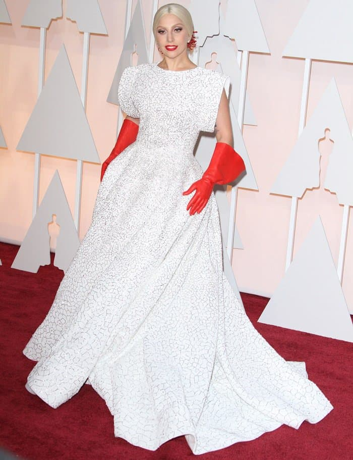 Lady Gaga rocks elbow-length red leather gloves at the 2015 Academy Awards
