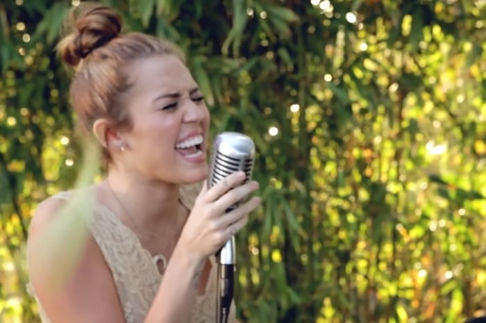 "Miley Cyrus sings ""Jolene"" by Dolly Parton for the first time as part of the Backyard Sessions"