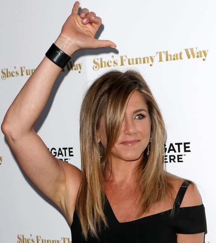 Jennifer Aniston Flashes $15,000 Wedding Ring in ...