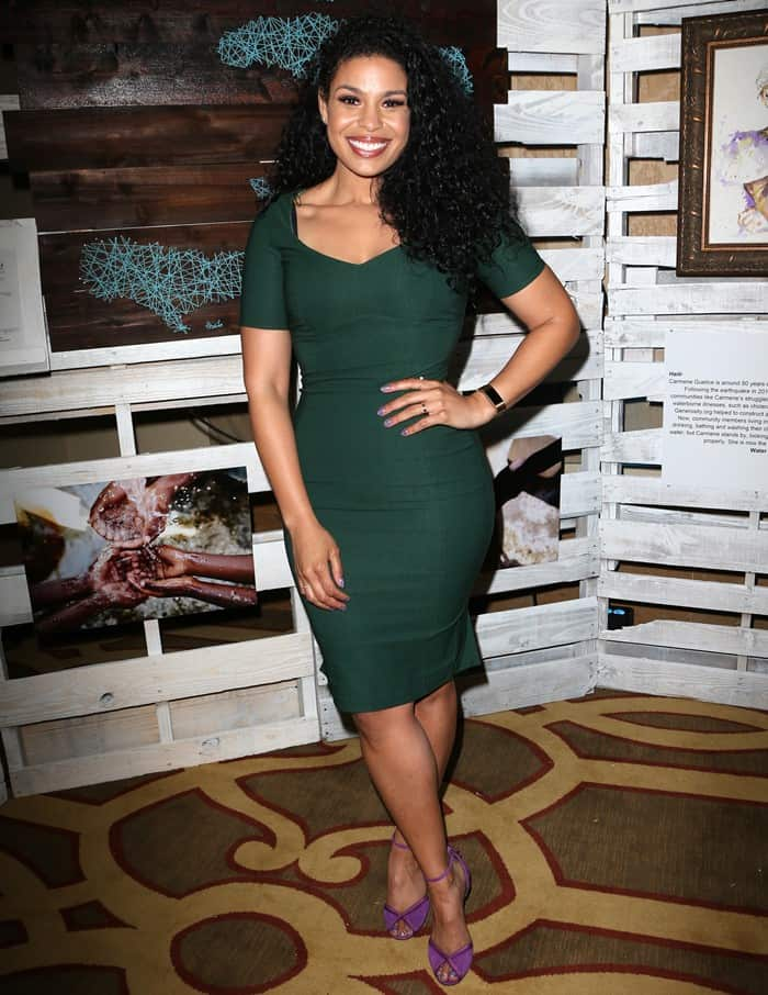 Jordin Sparks highlighted her curves in a bodycon dress with an elegant emerald green color