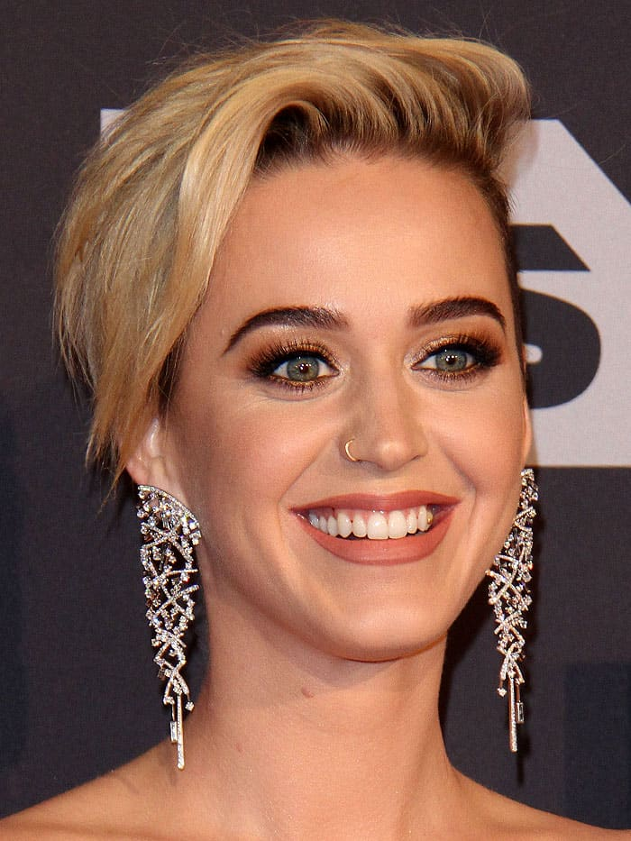 Katy Perry with quinoa in stuck in her teeth