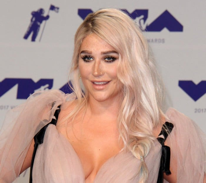 Kesha attends the 2017 MTV VMAs in a stunning gown.