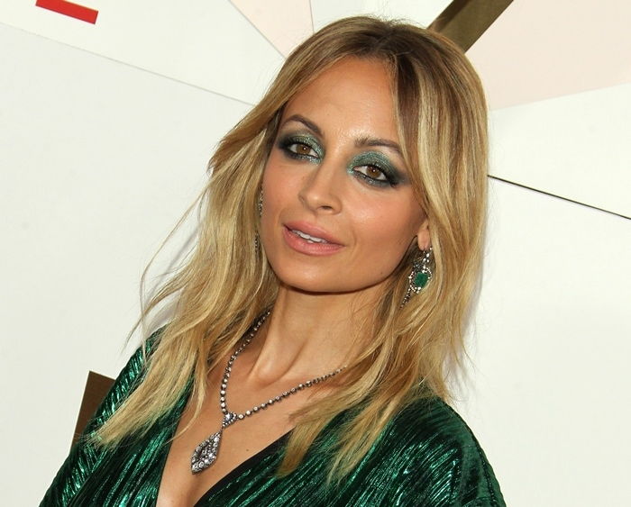Nicole Richie rocks emerald green eye shadow at the 2017 Revolve Awards.