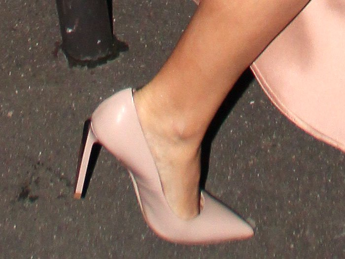 Details of the Ralph & Russo 'Empire' metal-heel pumps on Kylie Minogue.