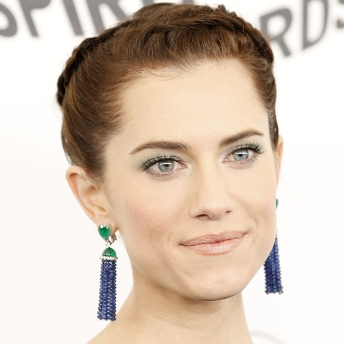 Allison Williams'sPiaget emerald and sapphire earrings
