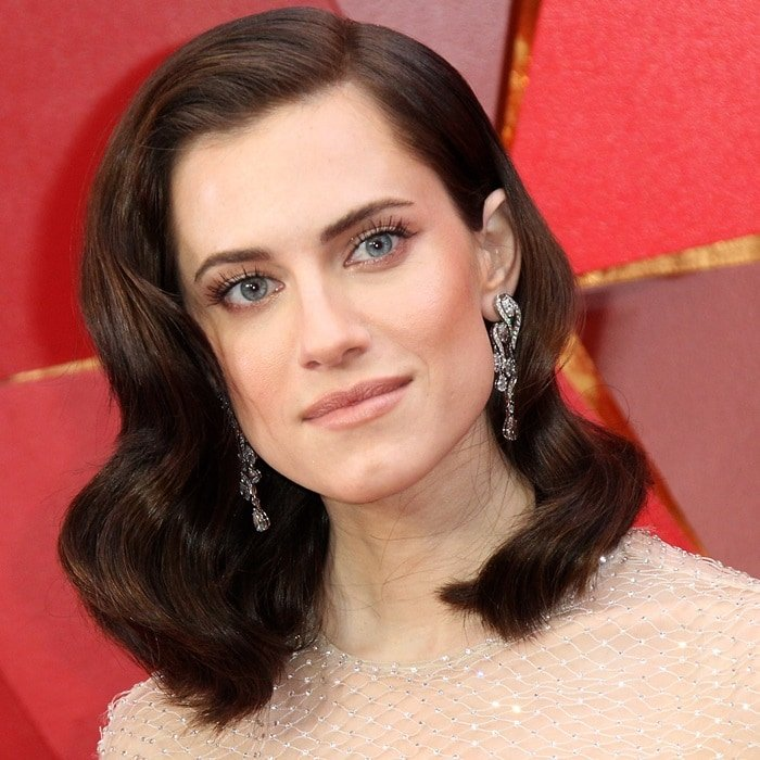 Allison Williams wore her hair in a wavy, deep side-parted 'do