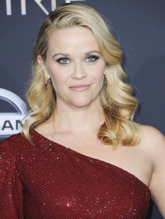 Reese Witherspoon allowed her wavy hair to fall free over her shoulders